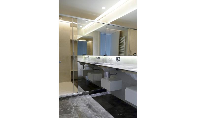 baño principal. vidrio cromo
